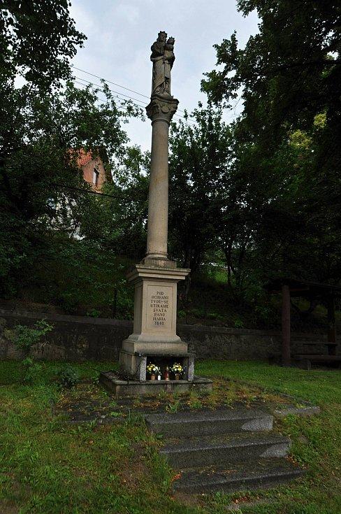 Poličná - sloup s kamennou sochou Panny Marie z roku 1863.