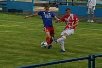 Fotbalisté Valašského Meziříčí (v modrých dresech) hráli ve Vsetíně bez branek