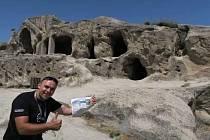 Pozdrav čtenářům Valašského deníku tentokrát cestovatelé Radek Rebroš a Hynek Přidal poslali z Gruzie. Od skalní jeskyně v Uplistsikhe, nedaleko města Achkhoti, která je jedním z nejstarších osídlení na Kavkazu.