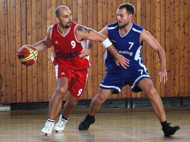 Meziříčský basketbalista Michal Večeřa (s míčem).