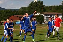 Fotbalisté Horní Lidče (modré dresy) při utkání 1. B třídy v Hrachovci.