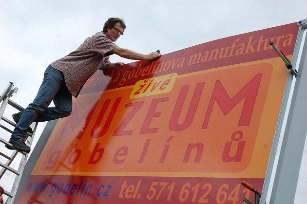 Na živou výstavu ručně tkaných koberců zvou do valašskomeziříčské gobelínky nově instalované billboardy lemující výpadovky z města