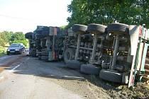 Řidič kamionu havaroval s nákladem klád, které vysypal