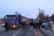 Dopravní nehoda nákladní soupravy s tahačem a dvou osobních aut