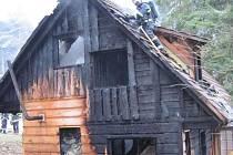 Požár chaty u obce Nový Hrozenkov.