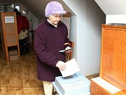 Zažila všechny prezidenty. V nejmenším volebním okrsku - Vsetín, Semetín přišla se svým hlasem pro budoucí hlavu státu i devadesátiletá Anastázie Jelínková.