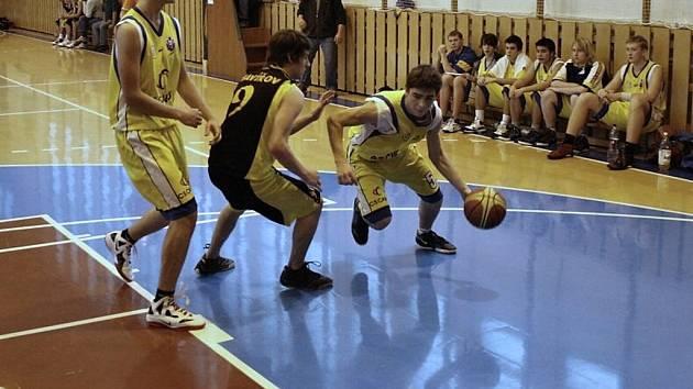 Juniorští basketbalisté Valašského Meziříčí U19 (žluté dresy).
