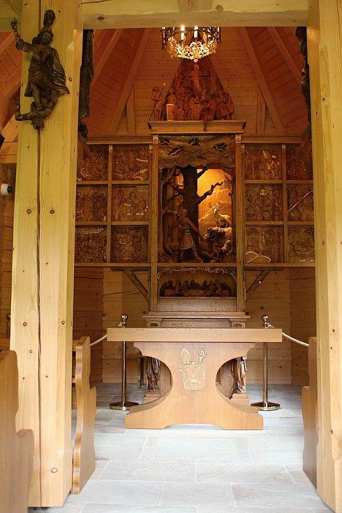 Velké Karlovice se těší velké oblibě turistů. Výjimkou nebyl ani poslední prázdninový týden roku 2020. K prohlídce láká kaple sv. Huberta v údolí Pluskovec.