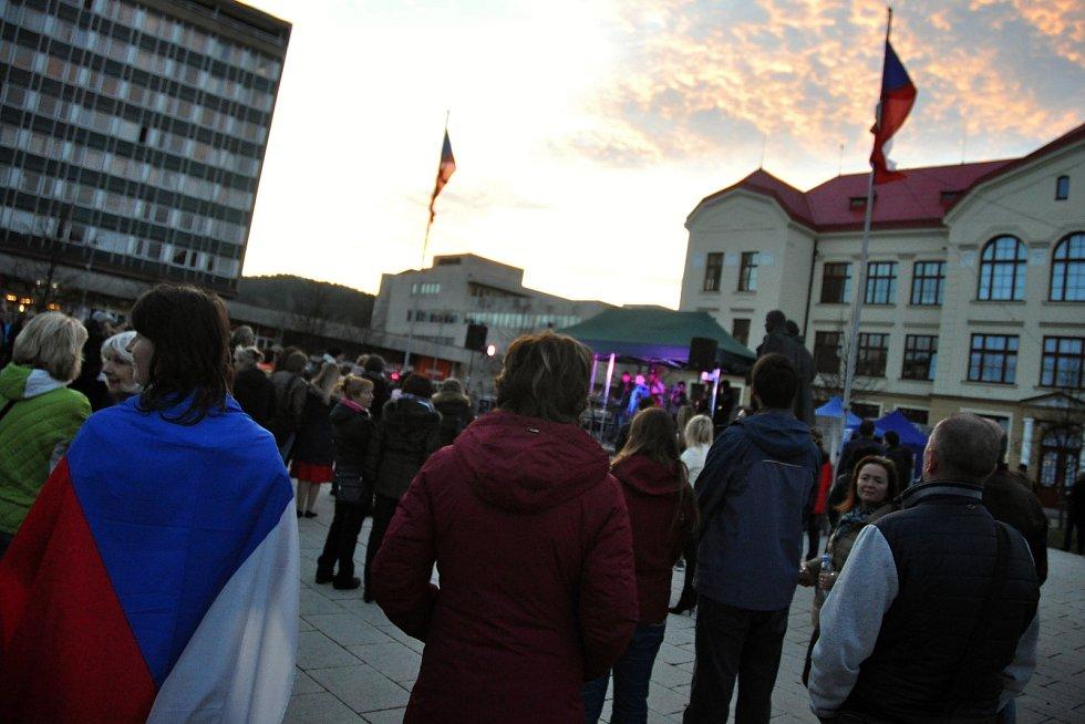 Lidé sledují program na vsetínském náměstí Svobody uspořádaný u příležitosti 30. výročí sametové revoluce; neděle 17. listopadu 2019