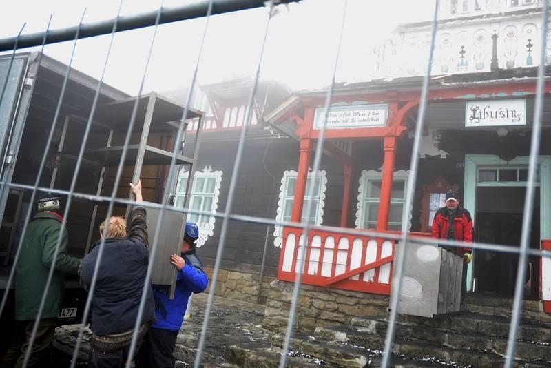 Libušín na Pustevnách 4. den po ničivém požáru, čtvrtek 6. března 2014
