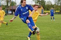 Fotbalisté Velkých Karlovic (žluté dresy) prohráli v Petrovicích 0:2.