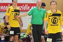 Extraligoví házenkáři Zubří (zleva Tomáš Bechný, trenér Jiří Mika, Matěj Šustáček).