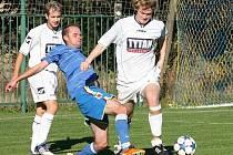 Ilustrační foto. Fotbalisté Valašských Příkaz (bílé dresy) prohráli v Zašové gólem z penalty.