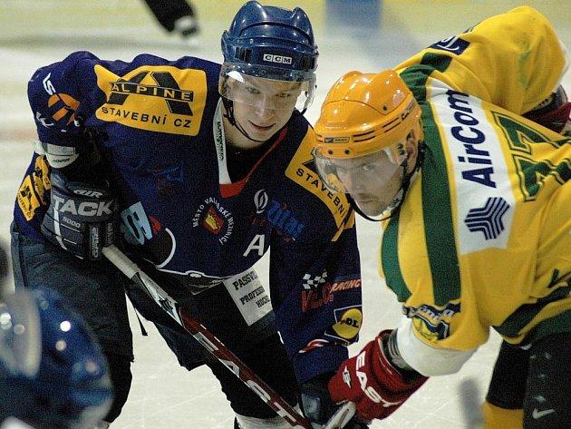 V přípravném utkání před novou sezonou vyhráli hokejisté Valašského Meziříčí (modré dresy) nad Vsetínem 5:4.