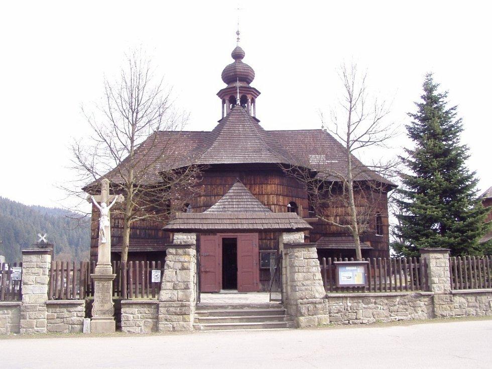 Opravu střechy a opláštění dřevěného kostela Panny Marie Sněžné připravují ve Velkých Karlovicích.
