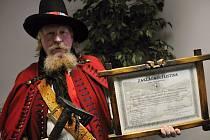Místostarosta a jednatel Spolku pro zachování valašských tradic Ladislav Jelínek ukazuje zakládající listinu spolku, který letos slaví patnácté výročí svého založení
