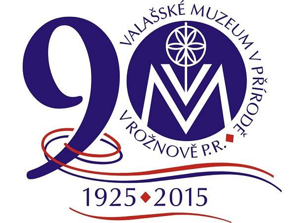 Logo 90let Valašského muzea vpřírodě vRožnově pod Radhoštěm.