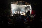 Druhý ročník mezinárodního hudebního festivalu lidského hlasu – Hlasy hostil v sobotu 1. září 2018 dřevěný amfiteátr na Stráni v Rožnově pod Radhoštěm. Představila se také šestičlenná vokální formace Skety.