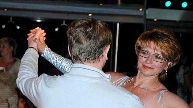 TANEC V TELEVIZI. Prvním impulsem bylo pro Šmigurovou sledování tanečních párů a nazdobených šatů v televizi.