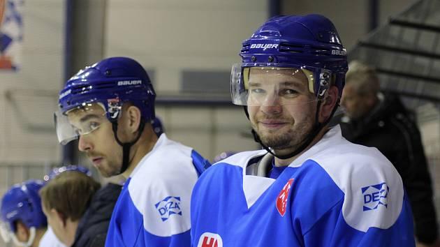 Hokejisté Valašského Meziříčí přišli v rozehrané sezoně o dvě důležité hráče. S Bobry se rozloučil obránce Stanislav Báchor. Šestadvacetiletý zadák totiž míří do Ameriky.