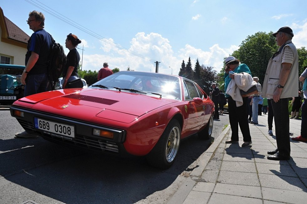 Majitelé historických vozidel přihlášených do tradiční soutěže Veteráni Valašskem se v sobotu 21. května 2016 zastavili ve Valašském Meziříčí
