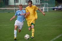 Ve třetím kole KP fotbalisté Velkých Karlovic (žluté dresy) porazili Rožnov 2:1.