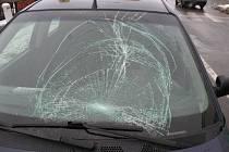 Těžkým zraněním jednatřicetileté chodkyně ze Vsetína skončil ve středu dopoledne její střet s osobním autem. Žena doplatila na nepozornost řidiče, který ji přehlédl na přechodu pro chodce v blízkosti křižovatky U Růžičků ve Vsetíně.