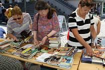Bazar knih před Masarykovou veřejnou knihovnou na Dolním náměstí ve Vsetíně; středa 20. července 2016