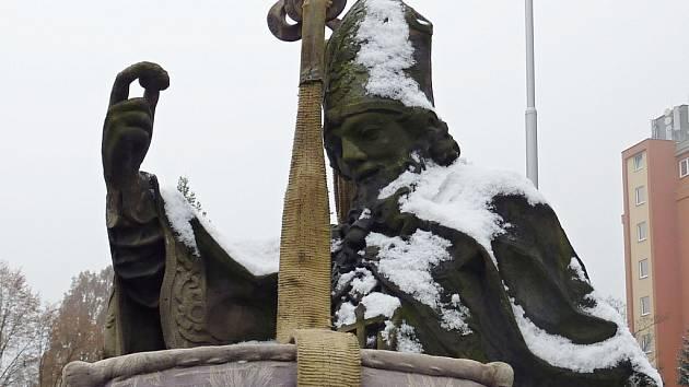 Stěhování sochy svatého Libora ve Valašském Meziříčí