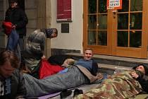 Akce Noc venku zaměřené na problematiku bezdomovectví se zúčastnil také hejtman Zlínského kraje Jiří Čunek (uprostřed).