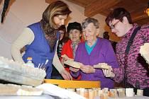 Barvíř modrotisku, díky tomuto programu se zájemci seznamují s historií techniky modrotisku i se samotnou prací barvíře.