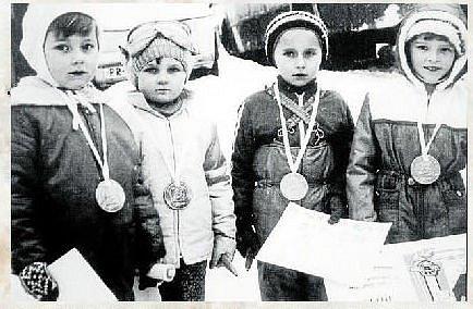 ZÁVODNÍCI. Vítězové tradičních závodů na saních leden 1981. Zleva: Pavel Sušeň, Stanislav Valůšek, Leoš Dřevojánek a Kristýna Machalová.