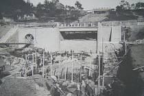 Historická fotografie ze staveniště pod přehradou