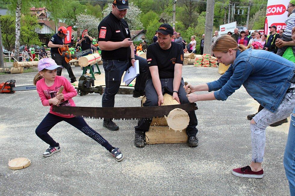 Na soutěž Prlovský drvař se v sobotu 11. května sjelo 32 soutěžících a stovky návštěvníků. Užívali si bohatého doprovodného programu. Užívali si diváckou soutěž v řezání hrbaňú.