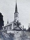 KOSTEL SV. MÁŘÍ MAGDALNY v roce 1941. V druhé polovině 17. století zde stál původně dřevěný kostelík, byl vypálen kuruckými nájezdníky. Stavba zděného kostela začala 1732, přistavená dřevěná věž později chátrala a byla nahrazena zděnou věží v r. 1890. V r