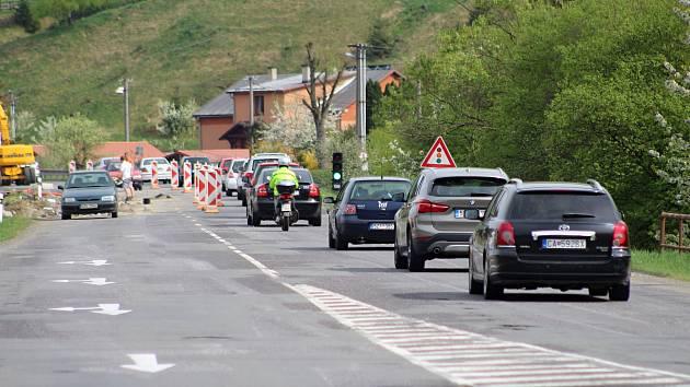 Dlouhé řady čekajících vozů v Hovězí se snad už staly minulostí. Ilustrační foto.