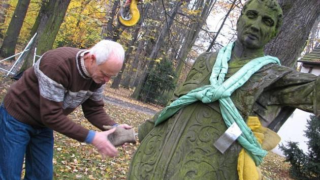 Letos na jaře se z nedaleké lípy uvolnila mohutná větev, která soše urazila pravé zápěstí.