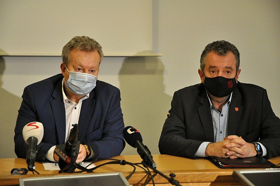 Ministr životního prostředí Richard Brabec (vlevo) a starosta Valašského Meziříčí Robert Stržínek na tiskové konferenci svolané kvůli dalšímu úniku neznámé látky do řeky Bečvy; středa 2. prosince 2020