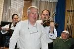 Josef Laža s cimbálovou muzikou Kordulka na koštu slivovice ve Zděchově.