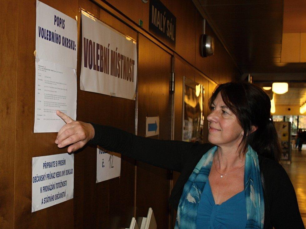 Úderem čtrnácté hodiny se otevřely volební místnosti také ve Vsetíně. Mezi prvními voliči v bývalém okresním městě byli ti, kteří přišli hlasovat do volebních místností v domě kultury.