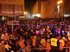 Vsetíňané zcela zaplnili prostranství před Domem kultury ve Vsetíně, aby oslavili příchod nového roku