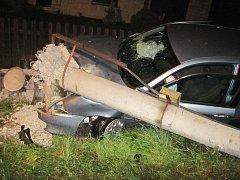 Sloup elektrického vedení doslova sestřelila řidička Alfy Romeo v Huslenkách na Vsetínsku.