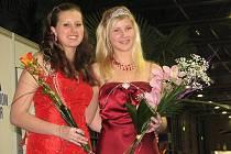 K vítězství přijela své nástupkyni popřát také loňská královna regionů Nela Klímová (vlevo).