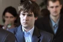 Jedenadvacetiletý Lukáš Holub z Prostřední Bečvy obžalovaný z usmrcení z nedbalosti přichází ve čtvrtek 30. října 2014 do soudní síně v budově Okresního soudu ve Vsetíně.