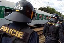 Na vsetínském nádraží měl zastávku rychlík vezoucí radikální fanoušky fotbalové pražské Sparty na odvetné do Žiliny. Kromě desítek těžkooděnců z pražské policejní jednotky na ně na nádraží dohlíželo také třicet vsetínských policistů.