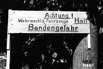 U vstupu do lesů varovali okupanti před bandity.