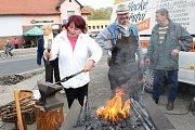 V sobotu 19. října 2018 se v Ratiboři sešli místní obyvatelé na hodovém jarmarku. Kovařinu si vyzkoušela také Ivana Kamasová z Hošťálkové.