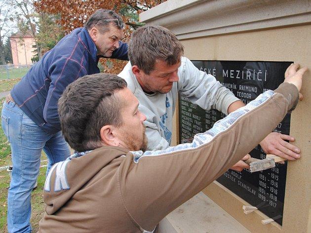 Usazování a úprava nového pomníku obětem první světové války ve Valašském Meziříčí; středa a čtvrtek 7. a 8. listopadu 2018.
