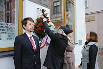 Položením věnců u pomníku Tomáše Garrigue Masaryka na valašskomeziříčském náměstí si obyvatelé Valašského Meziříčí v sobotu 23. května 2020 připomněli 113. výročí zvolení Masaryka poslancem Říšské rady ve Vídni za valašská města.