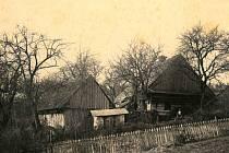 Zahrada se včelínem v Hrachovci na fotografii z roku 1858.